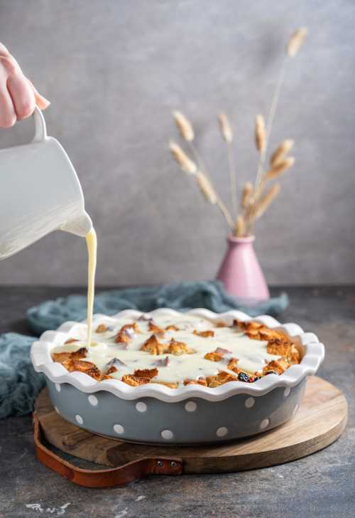 Kruhov narastek z vanilijevo omako